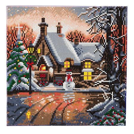 Verschneites Haus mit Schneemann