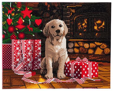 Labrador-Welpe im weihnachtlich geschmückten Wohnzimmer